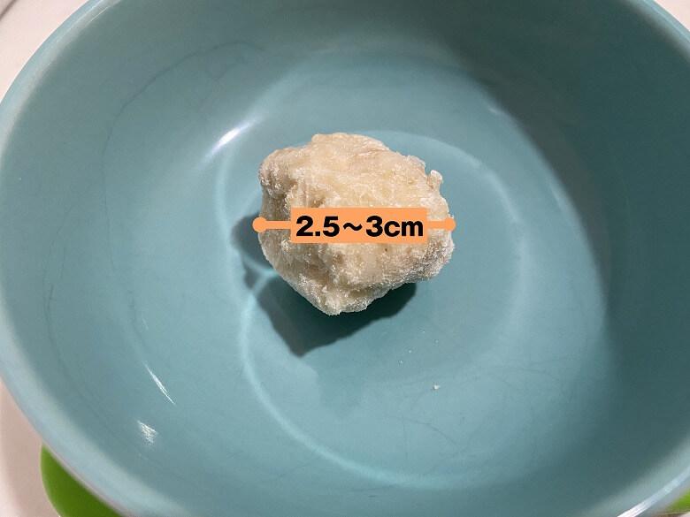 コープデリ「みつせ鶏のふわふわだんごと白湯スープ」肉だんご1個の大きさ