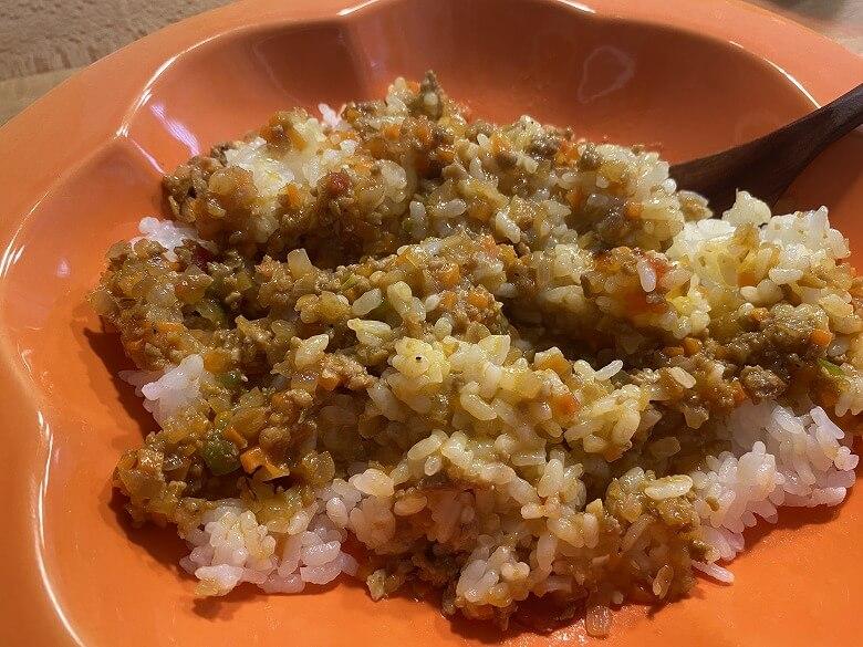「コープデリミールキット1/3日分野菜が摂れる半熟玉子のドライカレー」半熟玉子を混ぜる