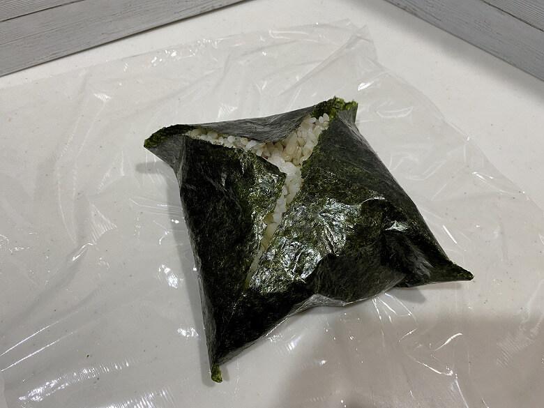 コープデリ「甘辛チキン南蛮カツ」レビュー 海苔をたたむ